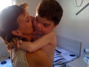 João Pedro recebe o carinho da mãe, Uliana (Foto: Daniel Scola/RBS TV)