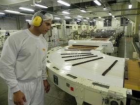 O operador industrial Helder Ferreira da Silva cuida do setor de bombons moldados (Foto: Amanda Monteiro/ G1 ES)