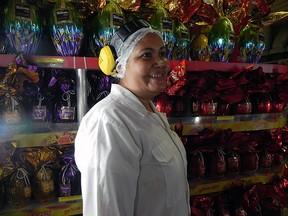 Rosa Maria Sperandio conta que construiu tudo o que tem com a fabricação de chocolates (Foto: Amanda Monteiro/ G1 ES)