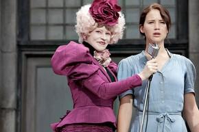 Em imagem de 'Jogos vorazes', Jennifer Lawrence aparece ao lado de Elizabeth Banks, que interpreta Effie Trinket, mulher 'fashion' e que gosta de perucas. *jogos vorazes (Foto: Divulgação)
