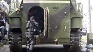 Soldado do Exército prestes a entrar em blindado durante operação no Complexo do Alemão