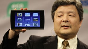 Shiro Kitajima, presidente da Panasonic, mostra o tablet da marca para jornalistas em evento para a imprensa. (Foto: Julie Jacobson/AP)