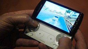 O novo celular da Sony 'Xperia play' é testado antes do início do evento, em Barcelona (Foto: Manu Fernandez/AP)