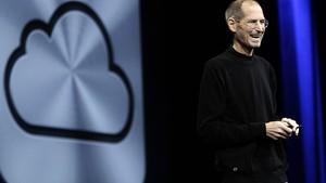 Steve Jobs apresenta o novo serviço da Apple chamado iCloud, durante conferência em San Francisco (Foto: Paul Sakuma/AP)