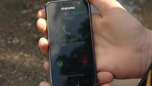 Visitante toca campainha, e morador recebe ligação telefônica na hora (Foto: BBC Brasil)