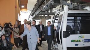 Ao lado de Cabral e Paes, Dilma inaugura teleférico do Alemão (Marino Azevedo / Governo do Rio)