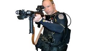 Foto retirada do documento online e modificada digitalmente para retirar fundo da imagem mostra Anders Behring Breivik segurando arma (Foto: AP)