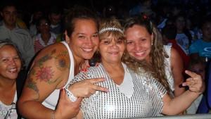 Dona Teresinha, ao lado da sobrinha Fernanda e da filha Kelly na festa da virada na Usina do Gasometro (Foto: Vinicius Rebello)
