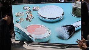 TV inteligente da Samsung reconhece o usuário, capta movimentos e obedece comandos de voz, além de ser super fina (Foto: Gustavo Petró/G1)