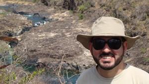 Turista aprecia o encontro dos rios Tocantinzinhos e Cristalino (Foto: Ion David/arquivo pessoal)