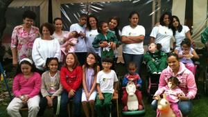 Crianças e mães que frequentam a Abet, em Belo Horizonte. (Foto: Márcia da Silva)
