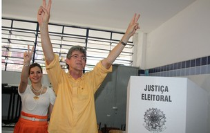 Candidato ao governo da Paraíba, Ricardo Coutinho (PSB), vota em escola de João Pessoa.