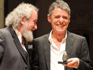 """O cantor, compositor e escritor Chico Buarque recebe o Prêmio Jabuti 2010 de melhor livro de ficção do ano por """"Leite derramado"""". Cerimônia aconteceu na noite desta quinta-feira (4), em São Paulo (Foto: Grizar Júnior/A)"""