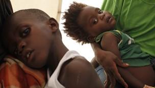 Crianças haitianas com cólera buscam atendimento em clínica provisória montada pela ONG Médicos Sem Fronteiras