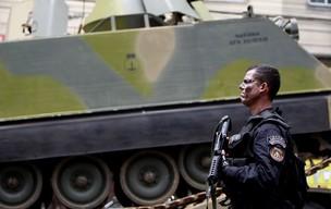 Policial do Bope durante operação na Vila Cruzeiro nesta quinta-feira (25) (Foto: Felipe Dana/AP)