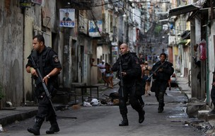 Policiais durante operação do Bope na Vila Cruzeiro nesta sexta-feira (26) (Foto: Felipe Dana/AP)