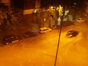 Rua das Laranjeiras ficou alagada