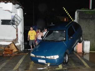 Carro atingido na entrada do condomínio