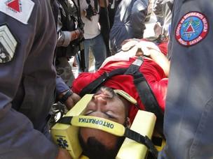 Goleiro Bruno desmaia após audiência em Ribeirão das Neves, Minas Gerais, em outubro (Foto: Pedro Triginelli/G1 MG)