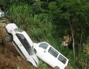Em Friburgo, veículos desceram pela encosta