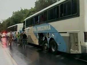 Ônibus também foi atingido pelo caminhão. 9 pessoas ficaram feridas  (Foto: Reprodução vídeo)