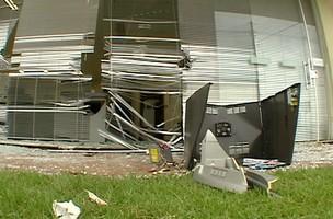 Os assaltantes usaram dois carros para arrancar e levar o caixa eletrônico. (Foto: Reprodução/RPC TV)