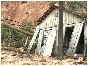 Casa resiste ao deslizamento de terra em Morretes (Foto: Reprodução RPC TV)
