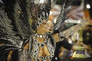 Viviane Araújo, rainha de bateria da Salgueiro, esteve no desfile (Foto: Rodrigo Gorosito/G1)