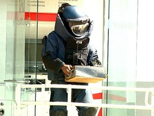 Policial do Gate recolhe explosivo em caixa eletrônico (Foto: Reprodução/EPTV)