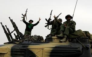 Força pró-Kadhafi comemora ação em Ajdabiya (Foto: Reuters)