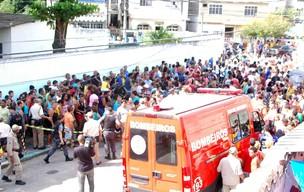 Pessoas se aglomeram em frente ao edifício em busca de mais informações (Foto: Luiz Gomes/Futura Press)