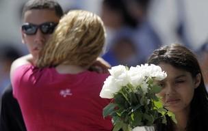 Amigos, colegas e familiares dos alunos mortos comparecem ao velório realizado no Cemitério do Murundu, na zona oeste do Rio. (Foto: Ricardo Moraes/Reuters)