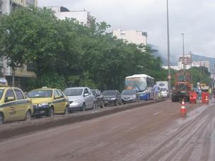 Limpeza está sendo feita nas pistas da Avenida Maracanã (Foto: Thamine Leta/ G1)