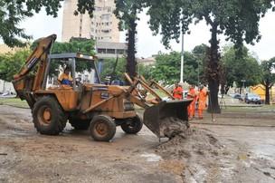 Trator faz remoção da lama na Praça da Bandeira, na zona norte do Rio de Janeiro. (Foto: Celso Pupo/FotoArena/AE)