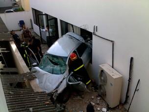 Carro despenca de garagem e deixa mãe e filhas feridas em Salvador (Foto: Heider Farias Eiterer/VC no G1)