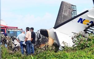 Cauda do avião da empresa Noar é vista no local da queda (Foto: João Carlos Mazella/Fotoarena/AE)