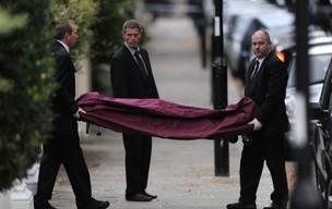 Cantora Amy Winehouse morre aos 27 anos, no dia 23 de julho. Seu corpo é retirado de sua casa pela polícia de Londres (Foto: AFP)