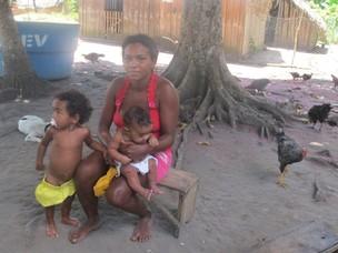 Josélia Mendes Arara tem 28 anos e oito filhos com idades entre dois meses e 8 anos (Foto: Mariana Oliveira / G1)