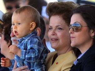 A presidente Dilma acompanha a troca da bandeira ao lado da filha, Paula, e com o neto Gabriel no colo (Foto: Ed Ferreira / Agência Estado)