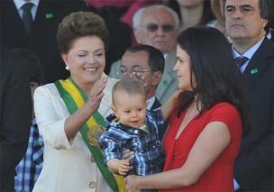 A presidente Dilma Rousseff, ao lado da filha, Paula, e do neto, Gabriel, e de seu grupo de ministros, durante o desfile em comemoração ao Dia da Independência. (Foto: Fabio Rodrigues Pozzebom/ABr)