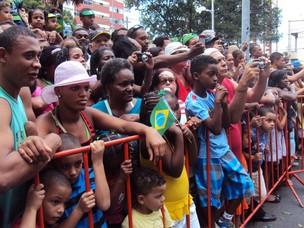 População disputa espaço para ver desfile em Salvador (Foto: Cid Vaz/ TV Bahia)