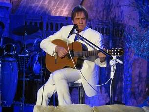 Roberto Carlos canta e toca violão em 'Detalhes': música teve versos cantados em português, inglês, espanhol e italiano (Foto: Henrique Porto/G1)