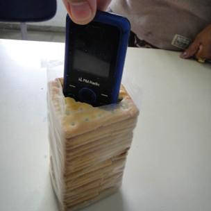 celular encontrado em pacote de biscoito na bahia (Foto: Divulgação)