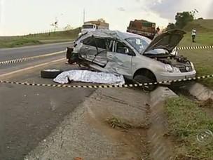 Duas pessoas morreram após batida entre carro e caminhão (Foto: Reprodução/ TV Tem)