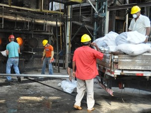 Federal Agents in Ponta Pora, Moto Grosso do Sul, Brazil, incinerate 4.2 tons of illicit drugs in power plant furnace (photo: PF