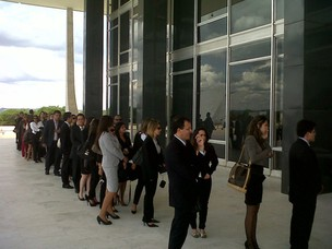 No Supremo, uma fila de advogados aguardava para acompanhar o julgamento da ação que definirá se exame da OAB é constitucional (Foto: Débora Santos / G1)