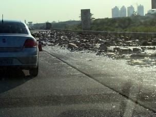 Caminhão derruba carga de vidro na Rodovia Ayrton Senna, em São Paulo (Foto: Régis Rivera Ribeiro/VC no G1)