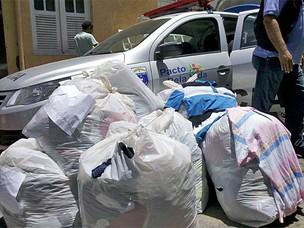 Polícia apreende cerca de 4000 peças de roupa falsificadas (Foto: Kety Marinho/TV Globo)