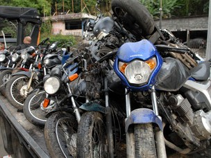 Motos apreendidas na Rocinha após operação policial realizada neste domingo (13) (Foto: G1)