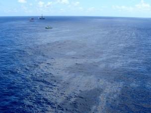 A ANP divulgou uma foto aérea, feita na segunda-feira (21), da mancha de óleo no Campo do Frade (Foto: Divulgação/ANP)